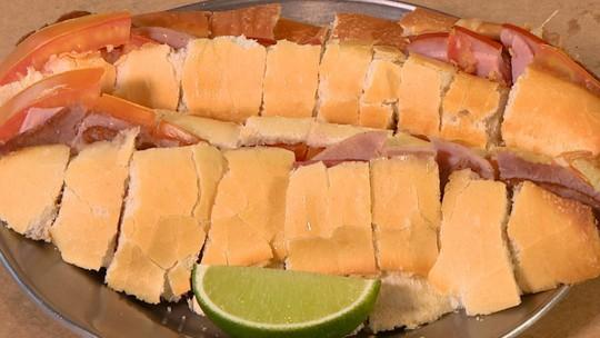 Sanduíche boca-de-anjo é cortado em várias fatias para servir como aperitivo