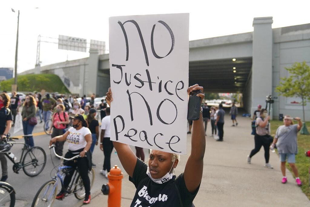 EUA têm novos protestos contra o racismo após decisão judicial que livrou policiais envolvidos no caso Breonna Taylor