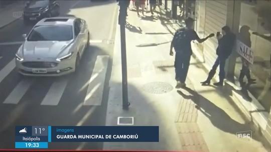 Câmera flagra furto de celular no Centro de Balneário Camboriú; homem foi preso