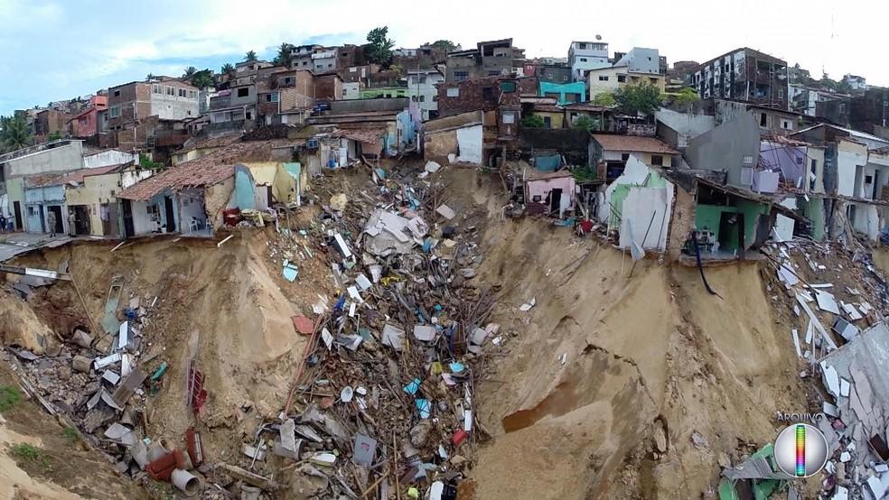 Em junho de 2014, trinta e seis casas foram engolidas por uma cratera aberta pelas chuvas no bairro de Mãe Luíza, em Natal  — Foto: Reprodução/Inter TV Cabugi