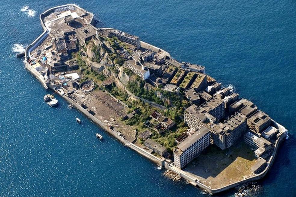 A ilha de Hashima lembra um encouraçado quando vista por cima (Foto: Wikicommons/Reprodução) — Foto: Auto Esporte
