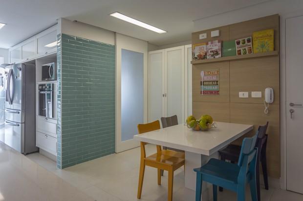 COZINHA   A cozinha ganhou uma copa com o novo projeto. Mesa da Silestone, na cor Mont Blanc. Cadeiras coloridas da Oppa. (Foto: Marcelo Cotrim / Divulgação)