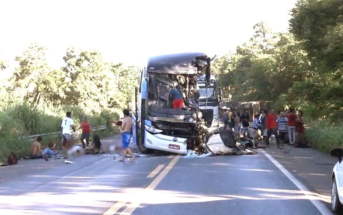 Perícia comprova que motorista de ônibus invadiu contramão em acidente com carretas em Formosa, diz delegado