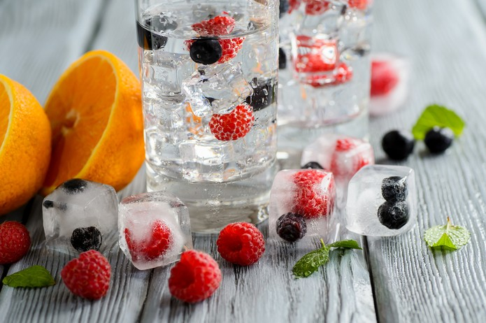 Água com frutas vermelhas — Foto: Istock Getty Images