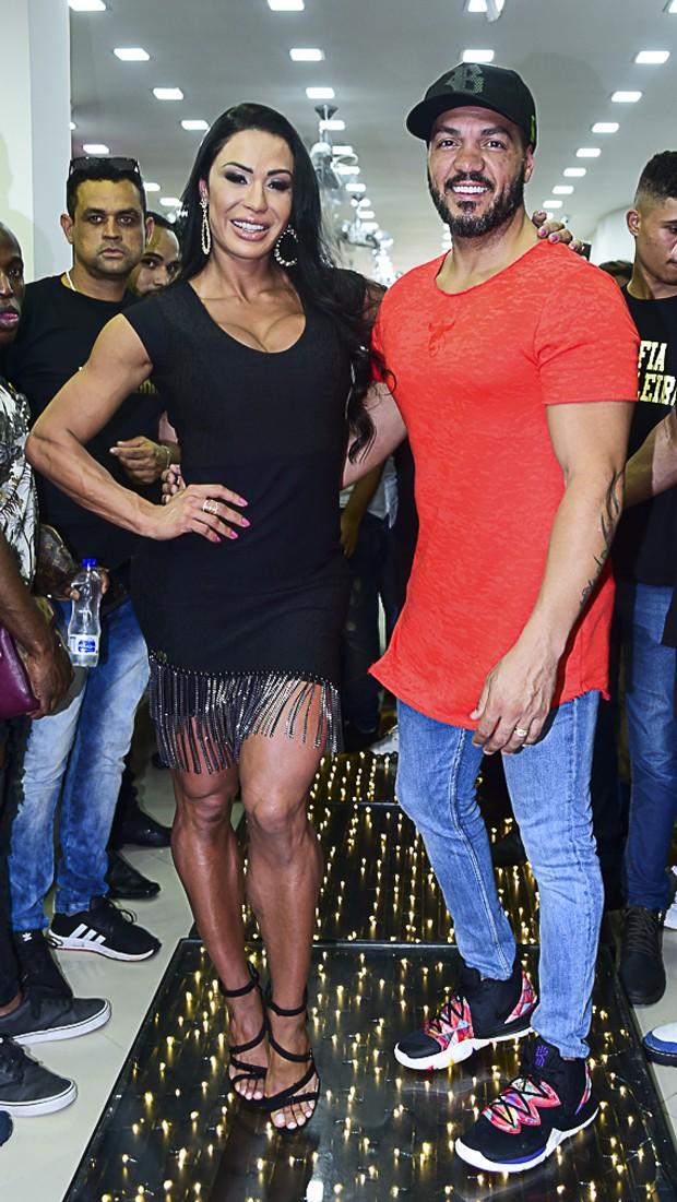 Gracyanne e Belo trocam carinhos em loja (Foto: AgNews/Leo Franco)