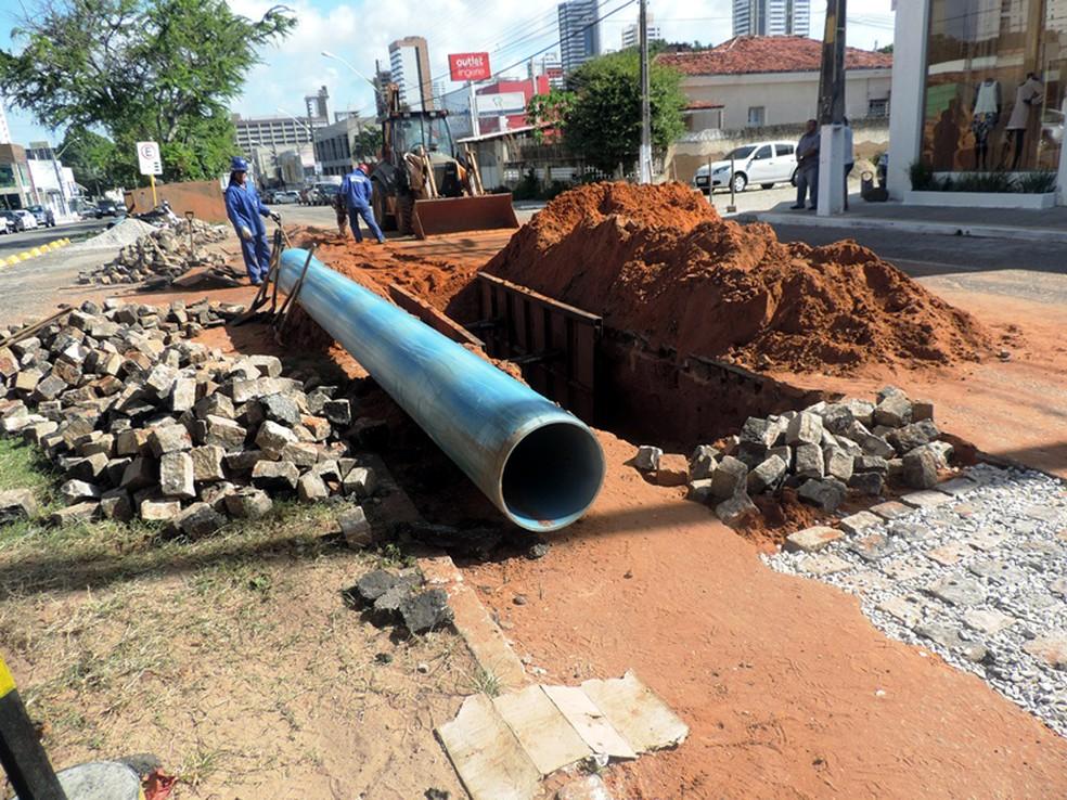 Obra de troca de tubulações realizada em 2015 pela Caern — Foto: Caern/Divulgação