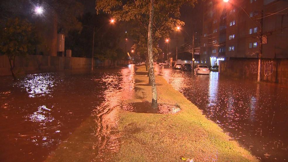 Alagamento em ruas do bairro Bento Ferreira, em Vitória (Foto: Manoel Neto/ TV Gazeta)