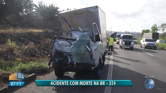 Batida entre dois caminhões mata homem e deixa outro ferido na Bahia; veículo ficou destruído
