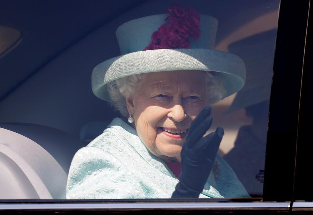 Rainha Elizabeth II acena ao deixar capela de Saint George, no Castelo de Windsor, em 2019 — Foto: Eamonn M. McCormack/Pool via REUTERS