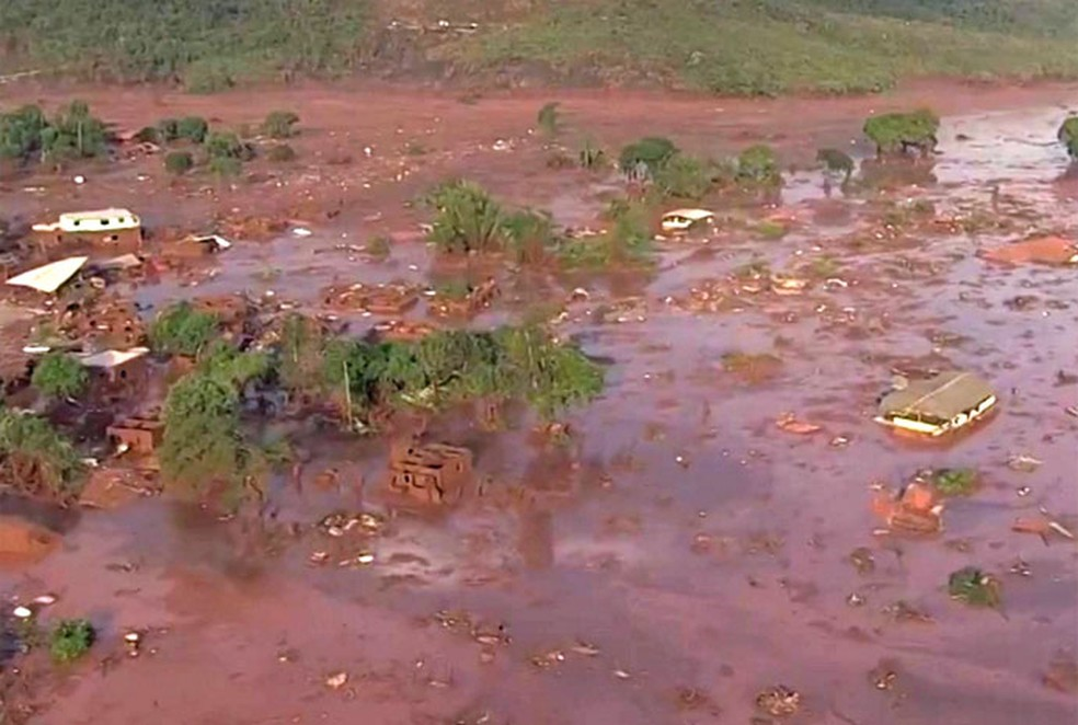 Rompimento de uma barragem de rejeitos de mineração causou uma enxurrada de lama em Bento Rodrigues, MG  (Foto: Reprodução/ Rede Globo)
