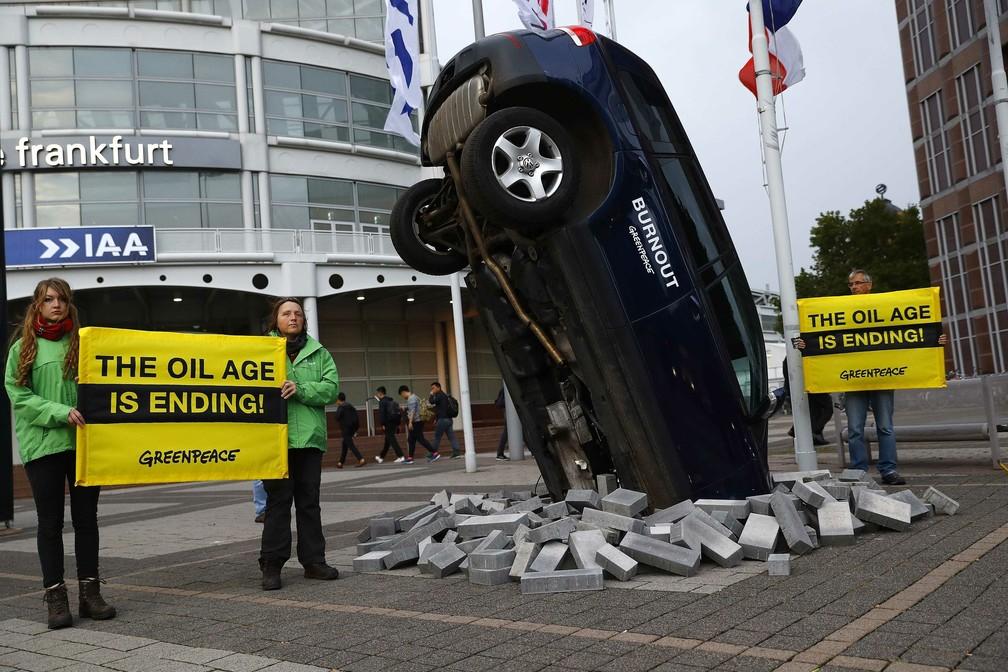 Greenpeace faz manifestação do lado de fora do Salão de Frankfurt: