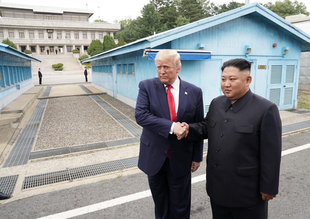Trump e Kim Jong-un se encontram na zona desmilitarizada entre a Coreia do Norte e a Coreia do Sul neste domingo (30) — Foto: REUTERS/Kevin Lamarque