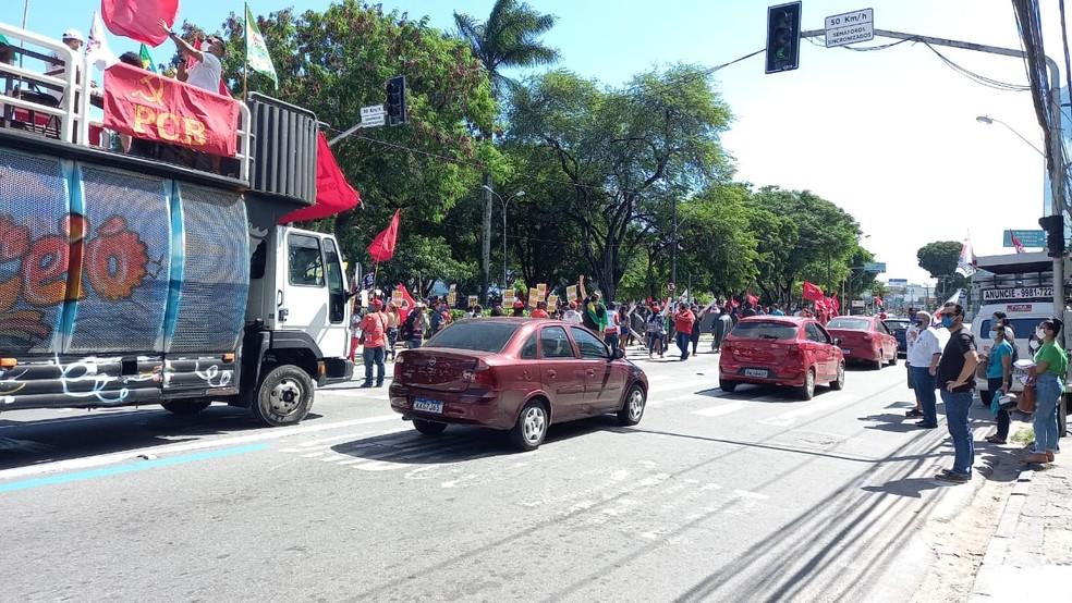Manifestantes saíram pela Avenida Fernandes Lima em ato contra o presidente em Maceió — Foto: Aldo Correia/TV Gazeta