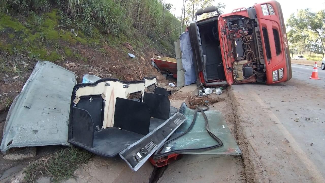 Caminhão carregado tomba no Anel Rodoviário, altura do bairro Olhos D'água e danifica radar