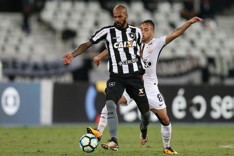 Bruno Silva com a camisa do Botafogo — Foto: Vítor Silva / SSPress/Botafogo