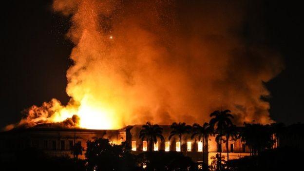 Hidrantes próximos ao Museu Nacional não estavam funcionando, segundo os bombeiros (Foto: Getty Images via BBC)