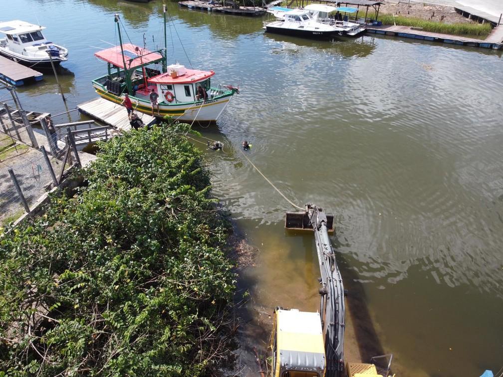 Corpo foi encontrado em carro no fundo do Rio Piçarras — Foto: Corpo de Bombeiros/Divulgação