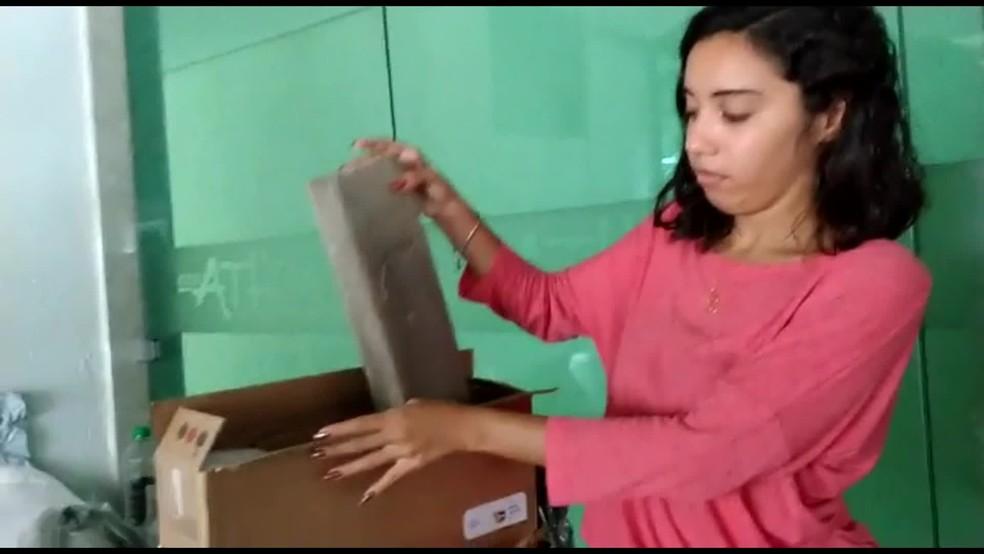 Beatriz Staudinger recebeu pedaço de madeira no lugar do notebook que havia comprado pela internet — Foto: Reprodução/TV Globo