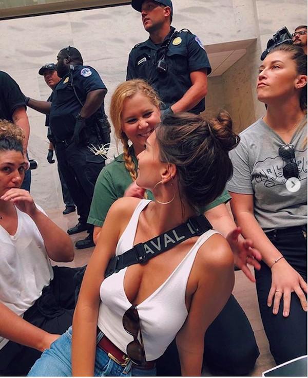 A atriz e modelo Emily Ratajkowski presa junto com a atriz Amy Schumer após um protesto em Washington (Foto: Instagram)