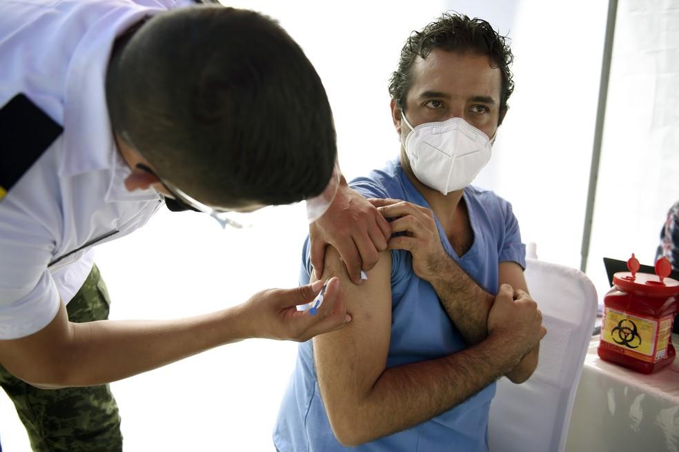 O profissional de saúde Giorgio Franyuti recebe dose da vacina da Pfizer e da BioNTech na Cidade do México, no dia 28 de dezembro de 2020 — Foto: Alfredo Estrella/AFP