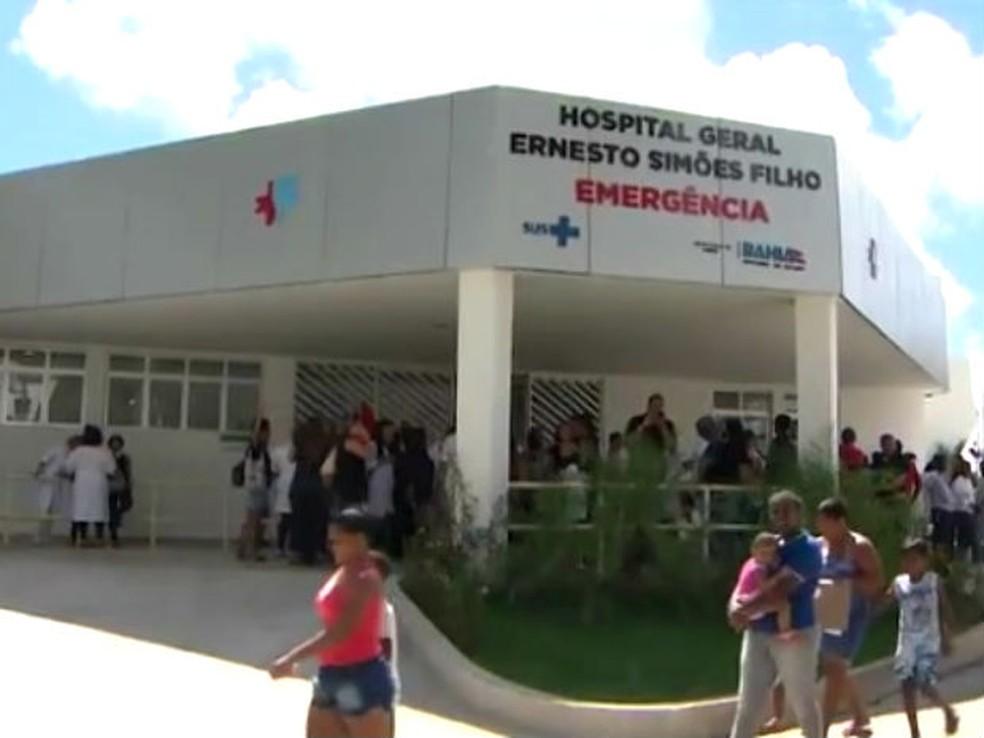 Vítima foi levada para o Hospital Ernesto Simões Filho, mas não resistiu aos ferimentos — Foto: Imagens/ TV Bahia