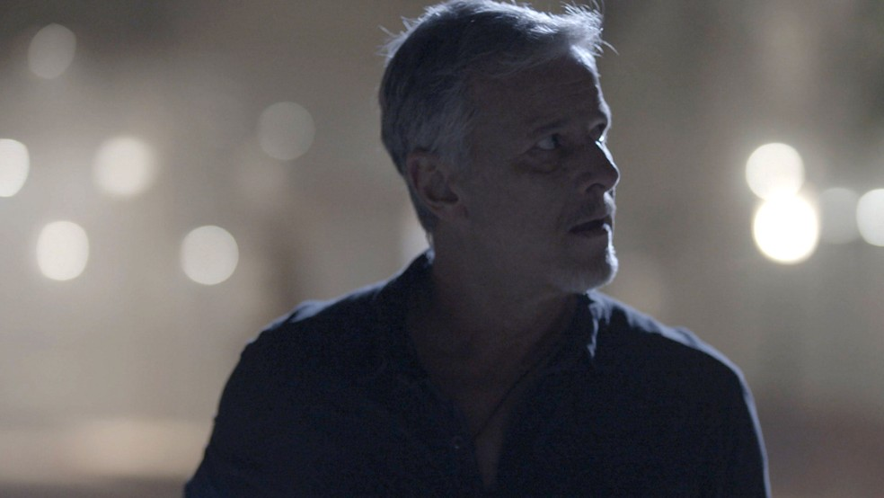 Sampaio (Marcello Novaes) leva Feijão (Cauê Campos) para a casa de Valentina (Lilia Cabral), na novela 'O Sétimo Guardião' — Foto: TV Globo