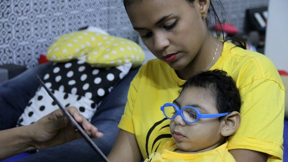 Mãe e filho têm rotina movimentada, entre fisioterapia, fonoterapia, terapia ocupacional, estimulação visual, entre outras atividades (Foto: Krystine Carneiro/G1)
