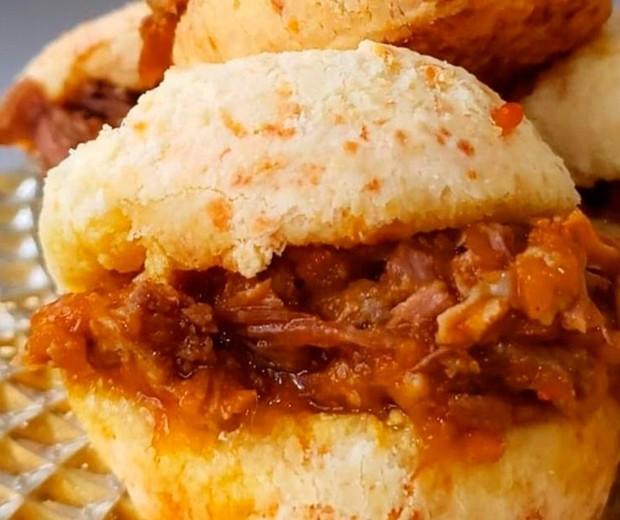 Pão de queijo Tradicional com carne de panela (Foto: Divulgação)