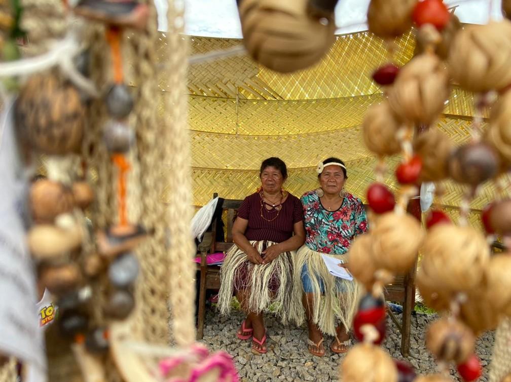CALHA NORTE - Maria Gonçalves Cruz, de 62 anos (a esquerda) vive do artesanato que vende na Terra Indígena Iauaretê, no Amazonas.  — Foto: Mayara Subtil/Rede Amazônica