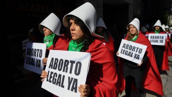 A Argentina, por pouco, não se tornou uma opção a mais para mulheres que buscam fazer aborto legal fora do país. Proposta que legalizaria a prática foi derrubada com sete votos de diferença (Foto: EITAN ABRAMOVICH via BBC)
