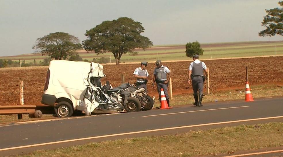 Furgão ficou destruído ao ser atingido por ônibus na Rodovia Carlos Tonani, em Barrinha, SP — Foto: Valdinei Malaguti/EPTV