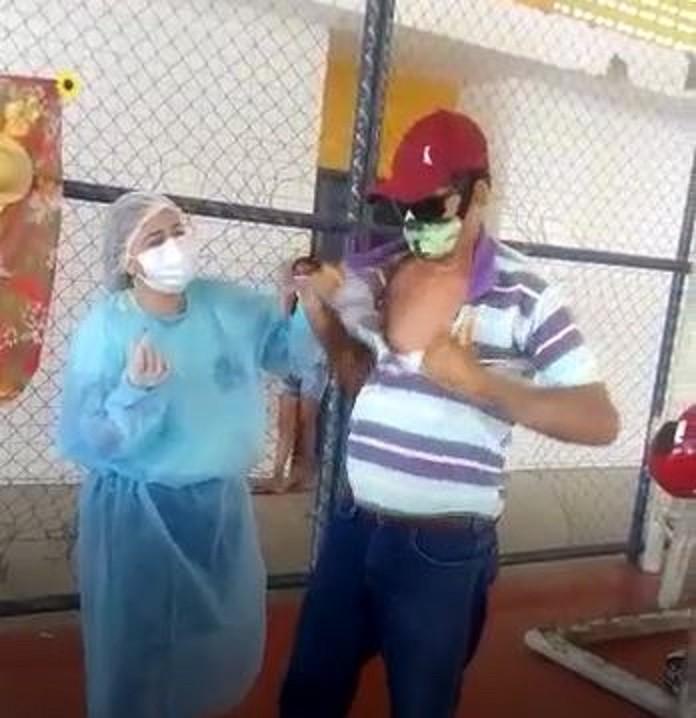 Com pressa em ser imunizado, agricultor rasga a camisa para receber vacina contra Covid; vídeo