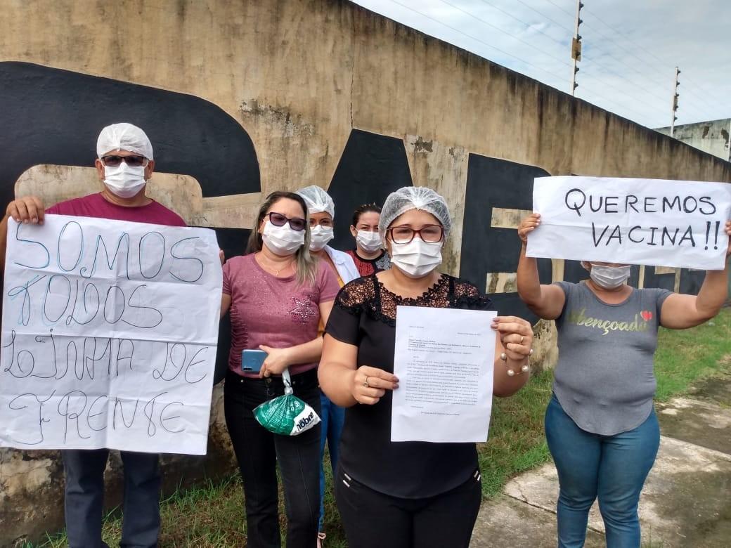 Servidores de abrigo que atendem idosos protestam e pedem por vacinas contra a Covid-19 em Belém
