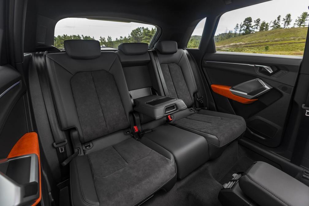 Banco traseiro do Audi Q3 acomoda bem apenas duas pessoas — Foto: Divulgação