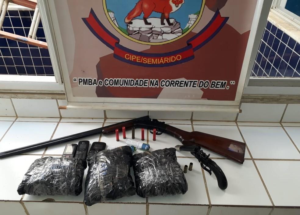 Os policias da Cipe Semiárido apreenderam uma arma, munições, drogas e celulares com a dupla. (Foto: Divulgação/SSP-BA)