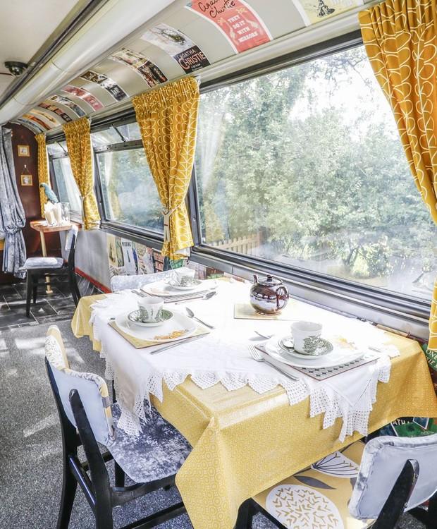 No ônibus, você pode almoçar ou jantar com vista para o campo (Foto: Sykes Holiday Cottages/ Reprodução)