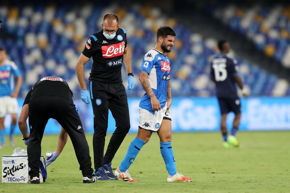 Insigne saiu com dores e preocupa Napoli para o jogo contra o Barcelona — Foto: Francesco Pecoraro/Getty Images