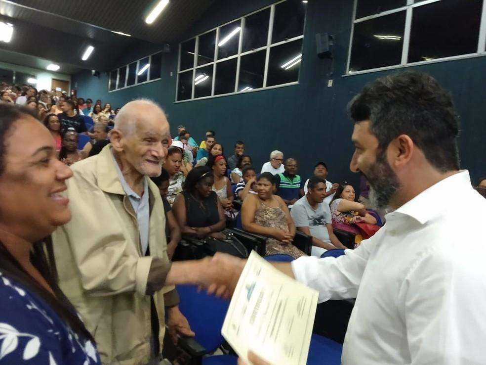 Geraldo sabia ler e escrever um pouco antes de participar do programa de alfabetização — Foto: Renan Liu/Prefeitura de Campos