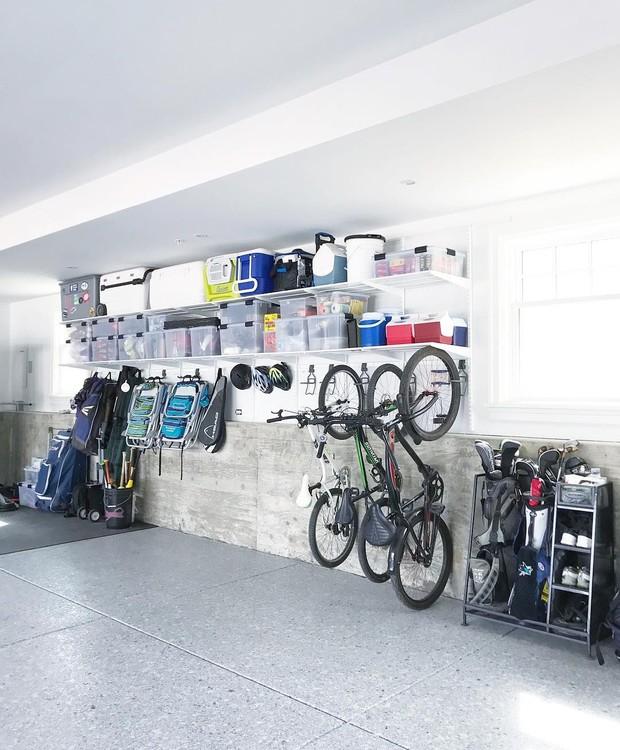 Bicicletas penduradas, ferramentas encaixotadas, kits esportivos reunidos e todo o restante mezzo guardado, mezzo a mostra em caixas transparentes. Palmas para @simplyorganized, que deixou bonita uma garagem  (Foto: Instagram/Reprodução )