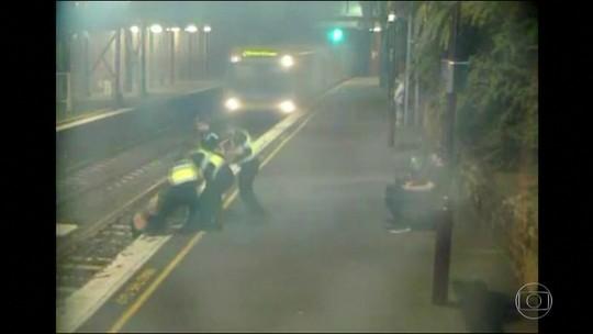 Mulher é retirada dos trilhos antes da passagem de trem na Austrália
