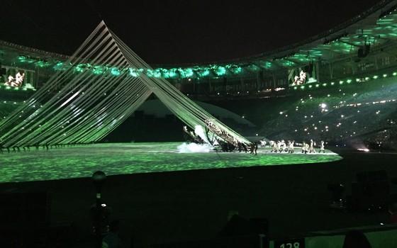 Cena da abertura da Olimpíada do Rio mostra cordas esticadas por atores representando índios (Foto: Samantha Lima)