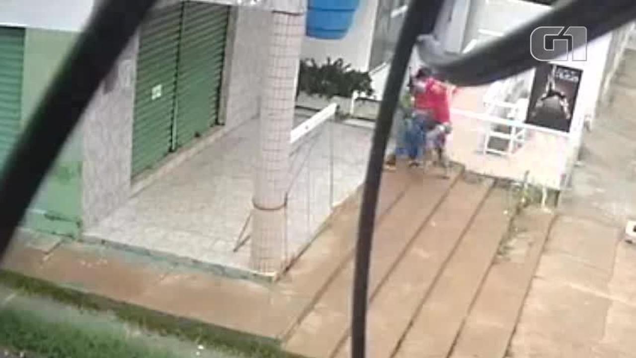 Vídeo mostra momento em que homem mata ex-companheira a facadas