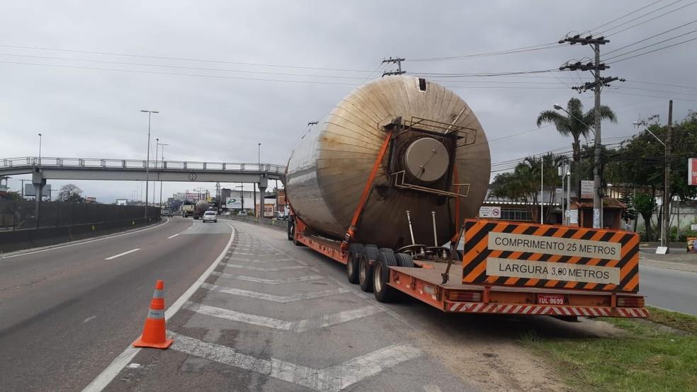 Caminhão atrapalhou trânsito na BR-101 em São José, SC — Foto: PRF/Divulgação