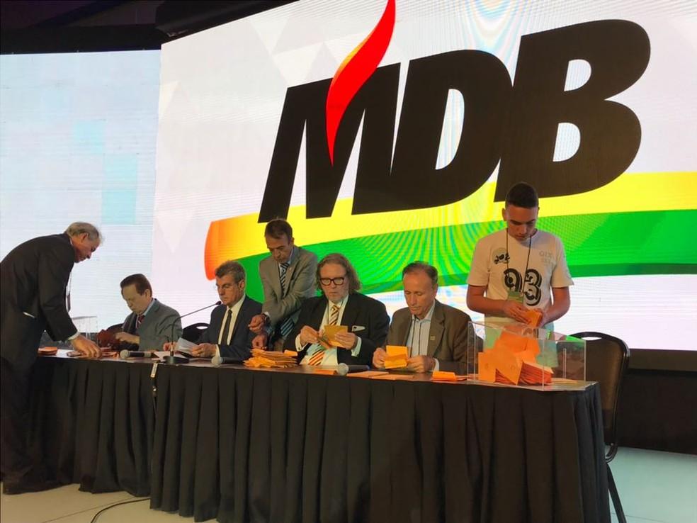 Integrantes da executiva nacional do PMDB apuram votos na convenção nacional da legenda (Foto: Gustavo Garcia/ G1)