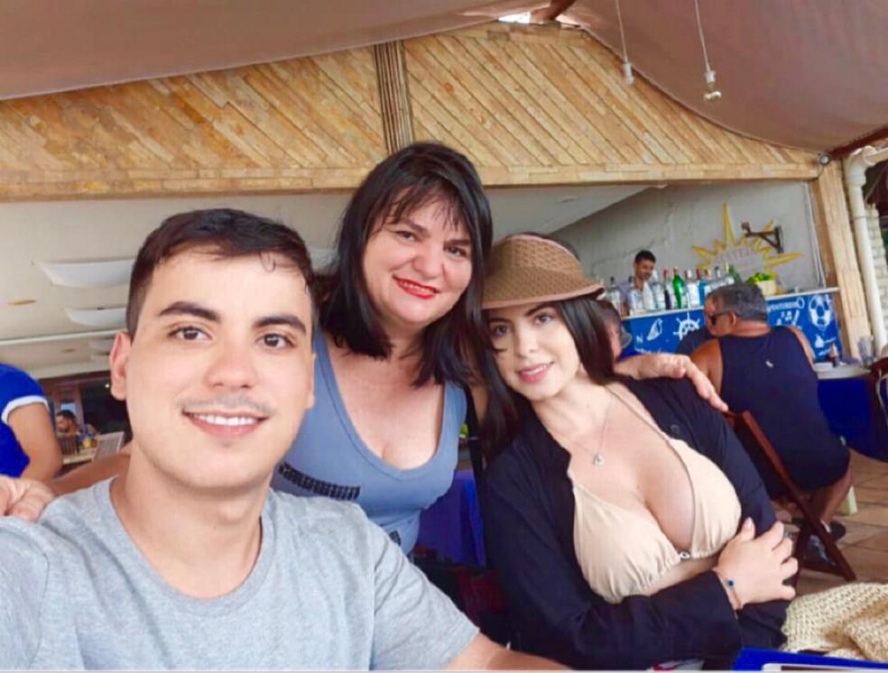 Maria Roberlândia com os filhos, João Paulo e Jéssica — Foto: Arquivo da família