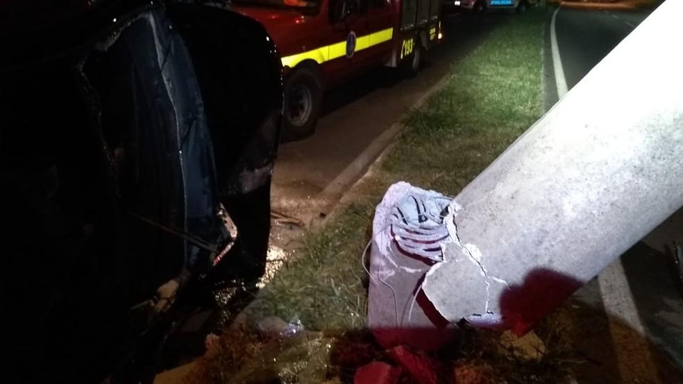 Poste foi arrancado em acidente fatal em Poços de Caldas (MG) — Foto: Corpo de Bombeiros