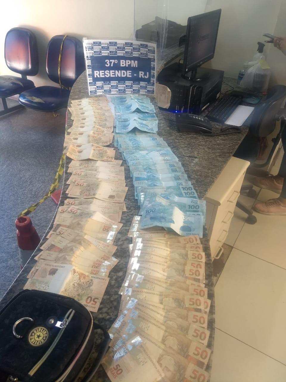Bolsa com mais de R$ 7 mil é apreendida com trio durante abordagem policial em Resende