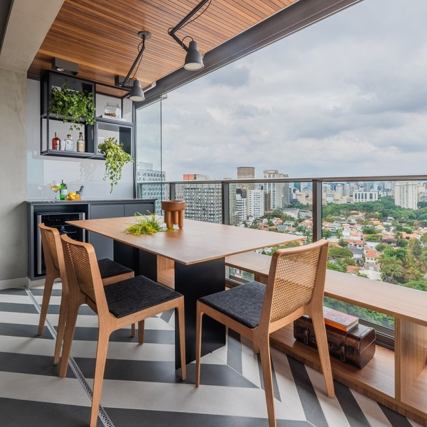 Décor do dia: sala pequena integrada à varanda de jantar (Foto: Guilherme Pucci)