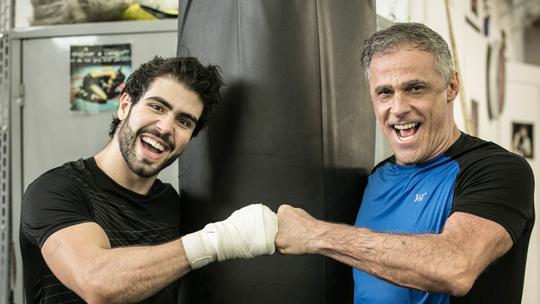 Juliano Laham e Oscar Magrini suam a camisa em aula de boxe para 'Malhação'; assista!
