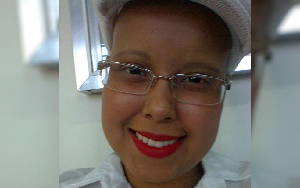 Mesmo com a dificuldade do tratamento, Alinne conta que fazia questão de manter o sorriso no rosto (Foto: Alinne Silva Barbosa/ Arquivo pessoal)